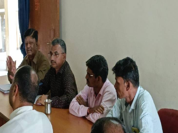 बैठक के दौरान बिना मास्क के बैठे कर्मचारी। - Dainik Bhaskar