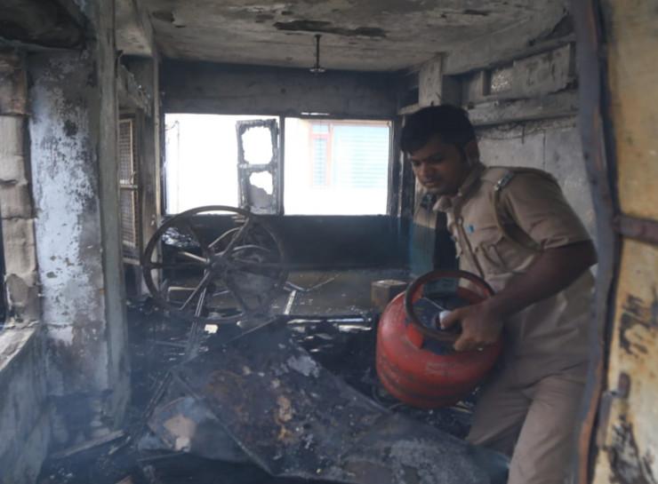 मकान की दूसरी मंजिल पर गैस रिसाव के बाद धमाका, घर में मौजूद लोग पहले ही निकलकर भागे, तीन सिलेंडर फटने से बचे|जयपुर,Jaipur - Dainik Bhaskar