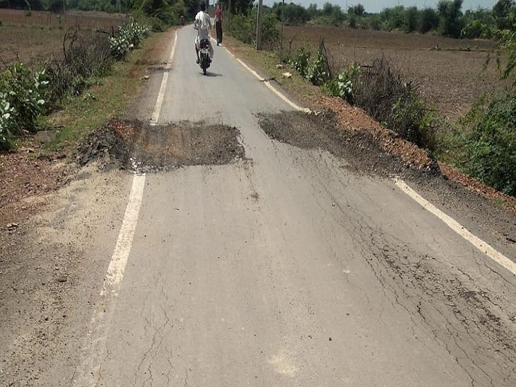 सड़क का काम पूरा होने से पहले ही उखड़ने लगा डामर, ग्रामीणों ने लगाया घटिया निर्माण सामग्री के इस्तेमाल का आरोप, जांच करवाने की मांग|सवाई माधोपुर,Sawai Madhopur - Dainik Bhaskar