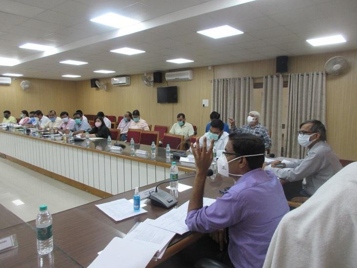 बैठक लेते मंडलायुक्त लोकेश एम. - Dainik Bhaskar