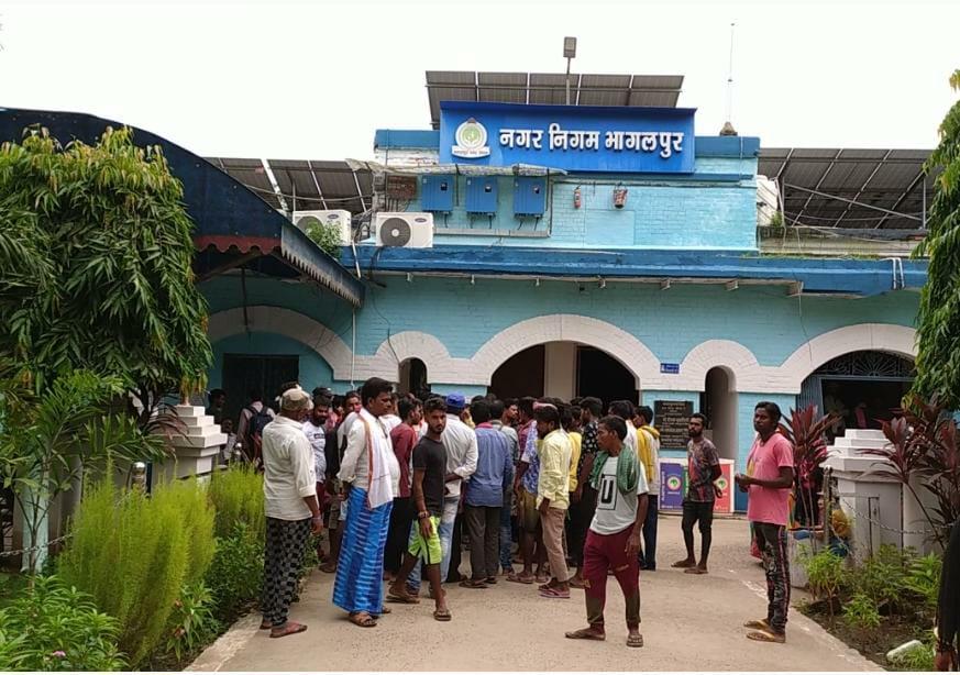 नगर निगम के दैनिक मजदूरों ने स्थापना शाखा के मुख्य सहायक और सेवानिवृत मुख्य सहायक पर आरोप लगाया है। - Dainik Bhaskar