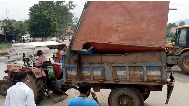 राजतलाब क्षेत्र से अवैध गुमटी को लादकर नगर परिषद को रवाना होता ट्रैक्टर। - Dainik Bhaskar