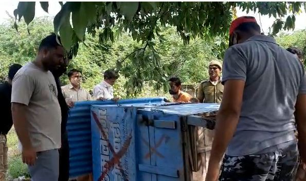 कॉलेज रोड पर गुमटी उठाने की कार्रवाई करता दल।