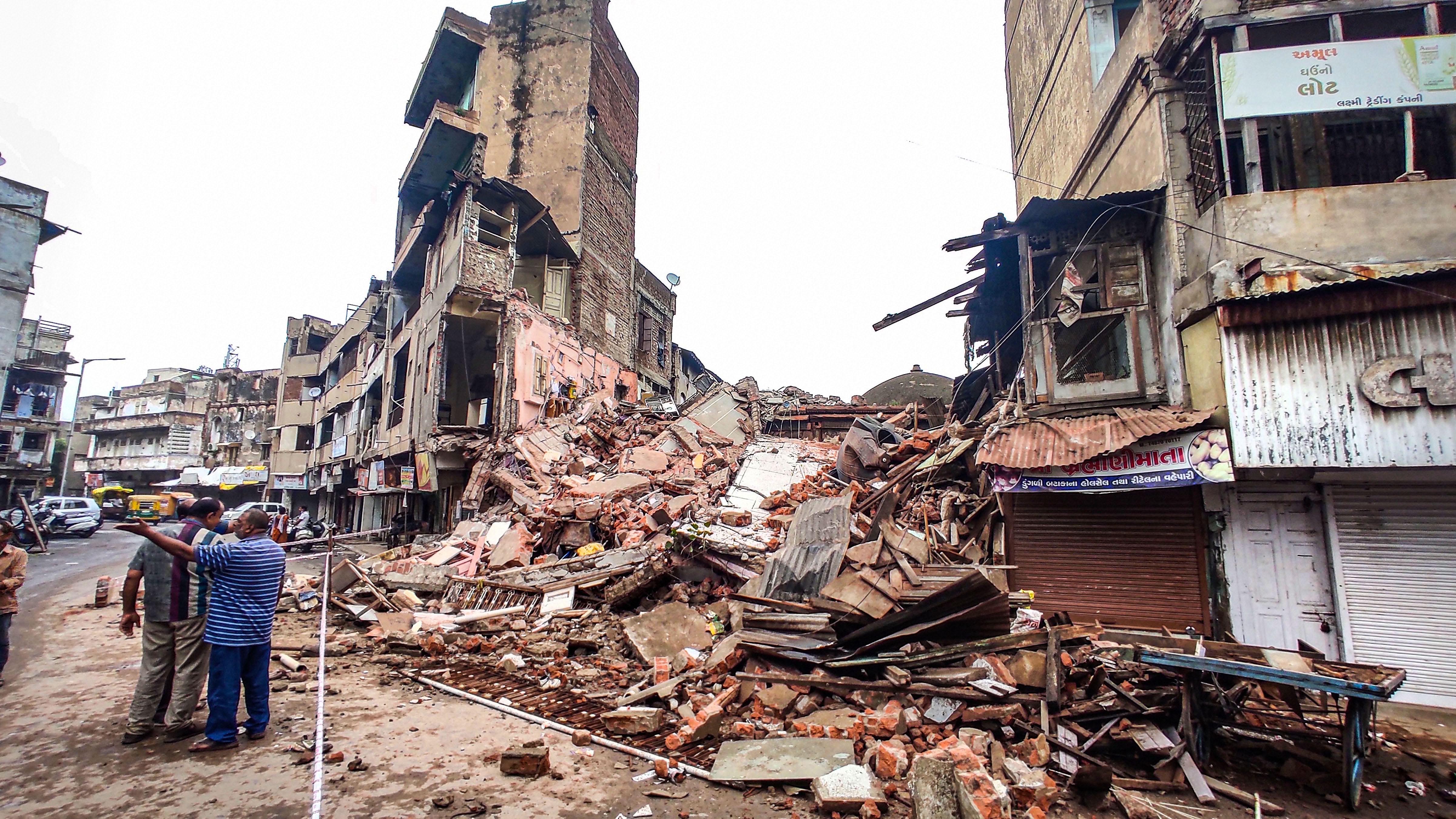 अहमदाबाद के सारंगपुर इलाके में भारी बारिश की वजह से एक मकान ढह गया। अभी यह पता नहीं चल पाया है कि इस हादसे में कितना नुकसान हुआ है।