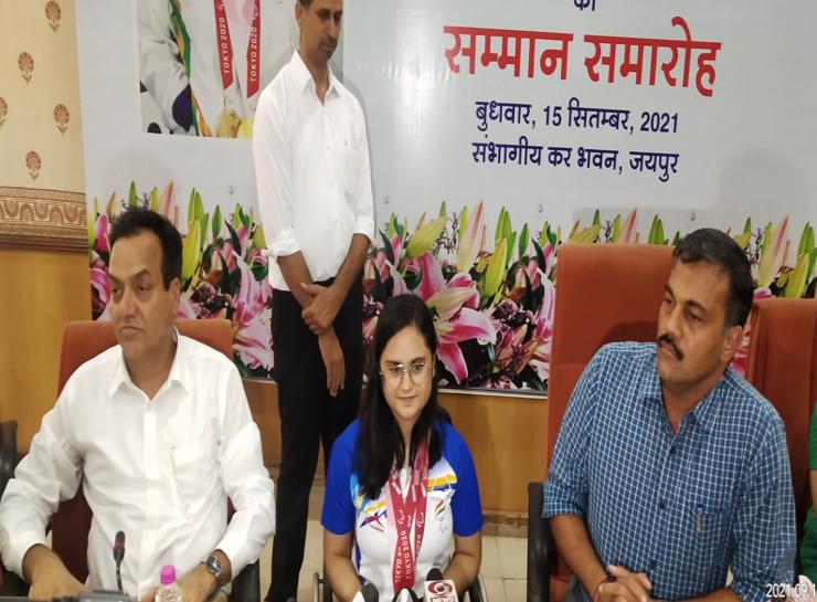 टोक्यो पैरालंपिक में गोल्ड मैडल जीतने वाली अवनी का कॉमर्शियल टैक्स ऑफिस में सम्मान, रूबरू होते हुए कहा- पापा ने अभिनव बिंद्रा की बायोग्राफी लाकर दी, पढ़कर मिला मोटिवेशन|जयपुर,Jaipur - Dainik Bhaskar