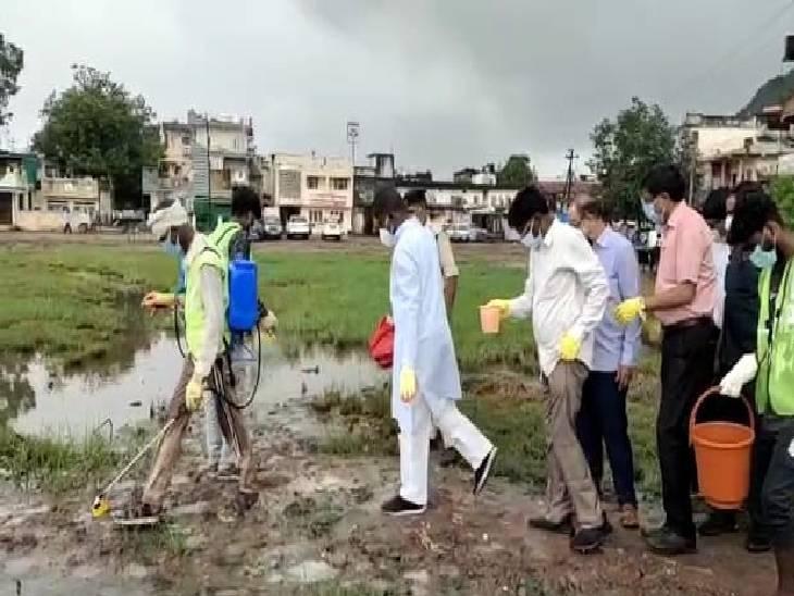 डेंगू की दवा छिड़कने कीचड़ में उतरे स्वास्थ्य मंत्री, बैतूल में सांसद ने 22, कलेक्टर ने किया 11 सेकेंड दवा का छिड़काव|रायसेन,Raisen - Dainik Bhaskar
