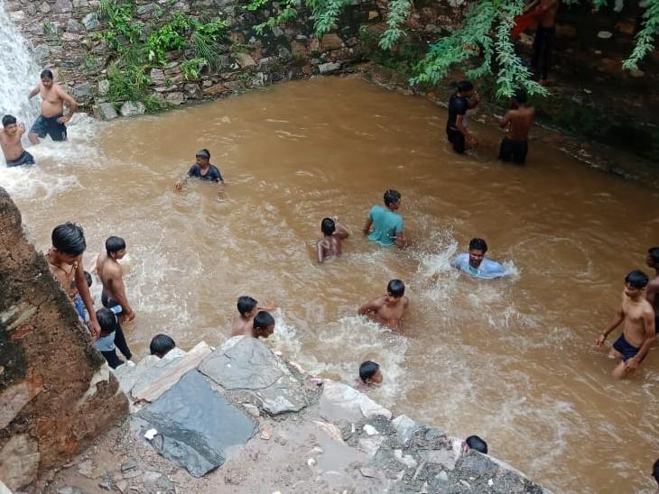 अलवर जिले में पिछले दो दिनों में कई जगहों पर अच्छी बारिश, जिससे अलवर में औसत से ज्यादा 619 एमएम हो चुकी है बारिश|अलवर,Alwar - Dainik Bhaskar