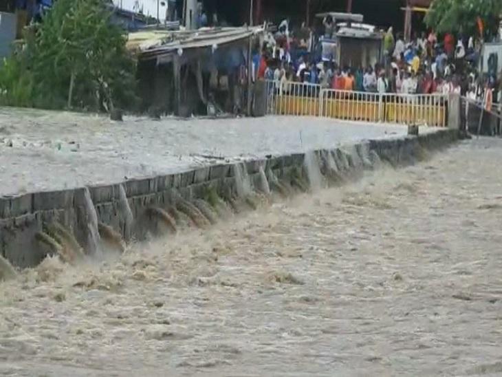 शनिचरी रपटे के ऊपर से बह रहा है अरपा का पानी, प्रशासन ने लोगों की आवाजाही पर लगाई रोक; कई निचले इलाकों में पानी भरा|बिलासपुर,Bilaspur - Dainik Bhaskar