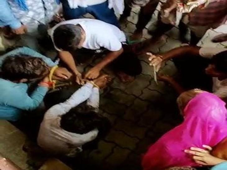 इस दौरान ग्रामीणों ने दो युवको के हाथ रस्सी से बांध दिए।