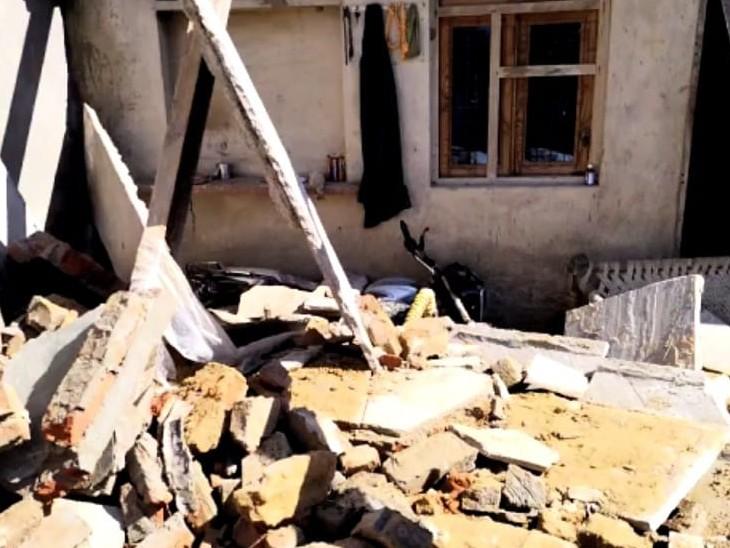 बरामदा की छत गिरने के बाद पड़ा मलबा। - Dainik Bhaskar