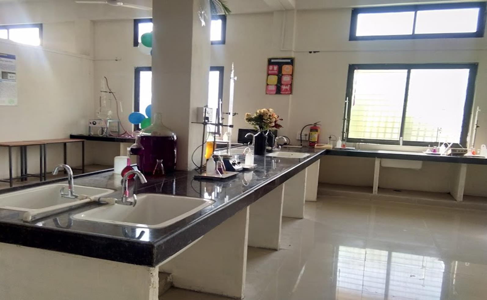 साइंस कॉलेज की लैब की भी साफ-सफाई की गई। - Dainik Bhaskar