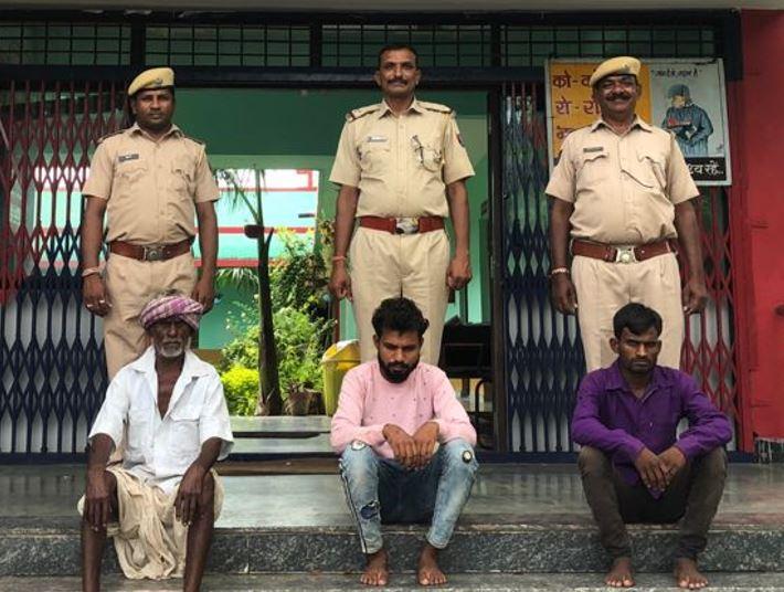 पुलिस कार्रवाई में धरी गई गैंग का मुखिया बायीं ओर बैठा हुआ गौतम है। इसकी उम्र और चेहरे की मजबूरी को देखकर ही लोग झांसे में आ जाते हैं। - Dainik Bhaskar