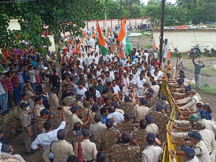 नगर पालिका के घेराव के दौरान कांग्रेस कार्यकर्ता और पुलिस के बीच हुई धक्का-मुक्की। - Dainik Bhaskar