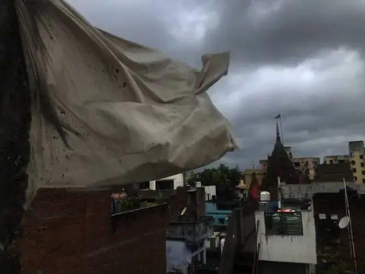 फोटो वाराणसी की है। यहां सुबह से ही तेज हवाएं चल रहीं हैं। बारिश भी लगातार हो रही।