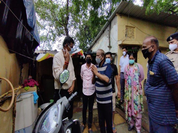कलेक्टर, निगम कमिश्नर, डीआईजी, जनप्रतिनिधि छिड़काव टीम के साथ मैदान में, रहवासियों को पढ़ाया जागरूकता का पाठ|इंदौर,Indore - Dainik Bhaskar