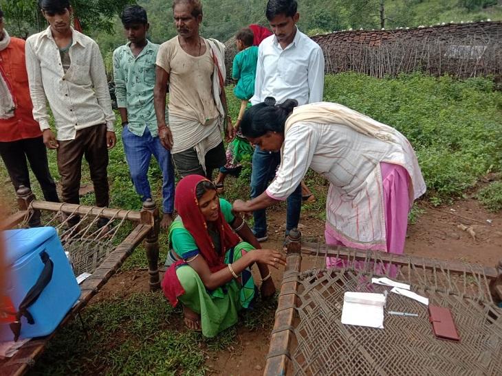 मौत के डर से वैक्सीन नहीं लगा रहे थे लोग, ढोल की थाप और कोरोना गीत की आदिवासी संस्कृति से लोगों को जागरुक किया, एक महीने में 7 गुना बढ़ा वैक्सीनेशन|उदयपुर,Udaipur - Dainik Bhaskar