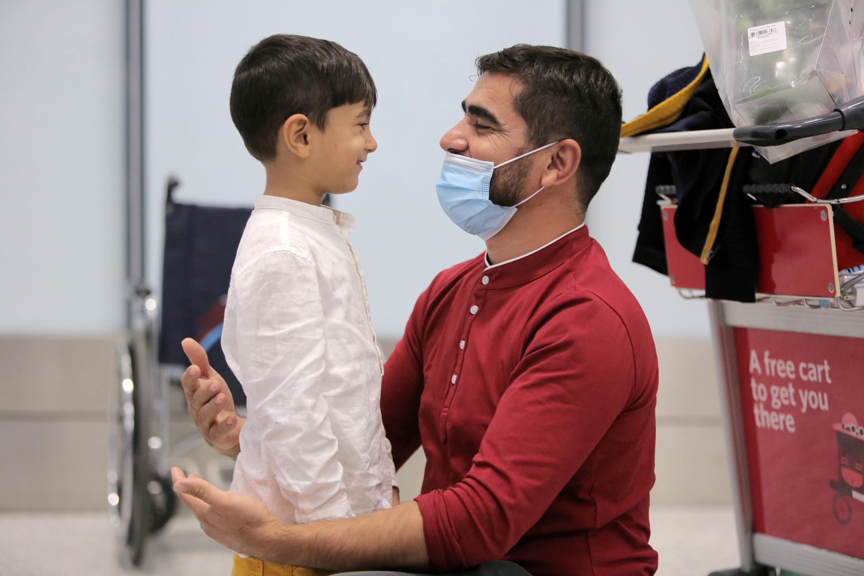 कनाडा को ओनटेरियो एयरपोर्ट पर अली को उसके पिता ने गले लगाया तो काफी देर तक दोनों एक-दूसरे को देखते रहे।