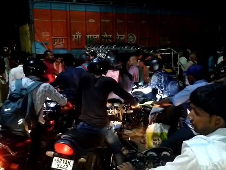 बाइक से रिश्तेदार संग जा रही थी हिलसा निवासी महिला, ट्रक की टक्कर से हुई घायल, मौत के बाद हुआ हंगामा|पटना,Patna - Dainik Bhaskar