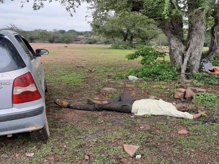 मेनाल के भेरू कुंड के पास खड़ी गाड़ी। - Dainik Bhaskar