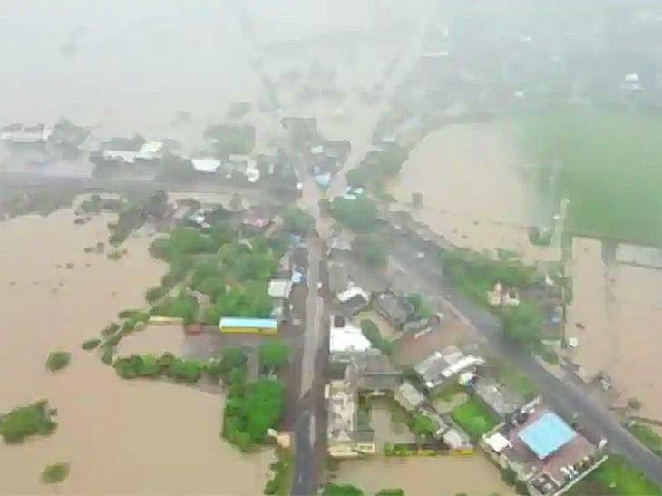 ये फोटो गुजरात के जूनागढ़ जिले की है। यहां के कई गांव पानी में डूबे हुए हैं।