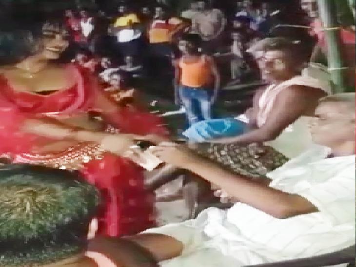 पंचायत चुनाव की सरगर्मी तेज होते ही पूर्वी चंपारण के हरसिद्धि में सजी महफिल, छठियार में मुखिया पति ने करवाया आर्केस्ट्रा|मोतिहारी (पूर्वी चंपारण),Motihari (East Champaran) - Dainik Bhaskar