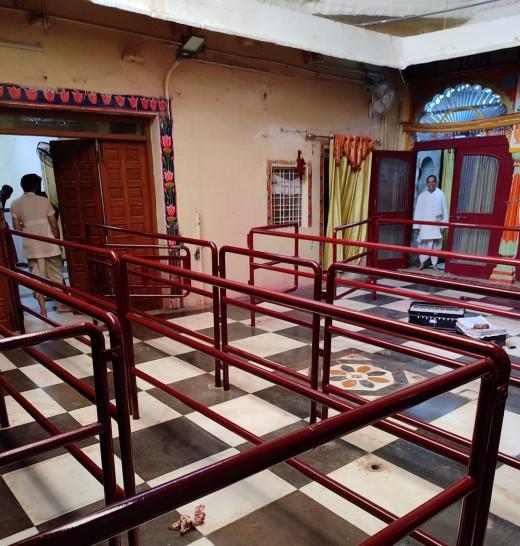 मंदिर में दर्शन के लिए रेलिंग और बैरिकेडिंग अंदर तक लगवाई गई है।