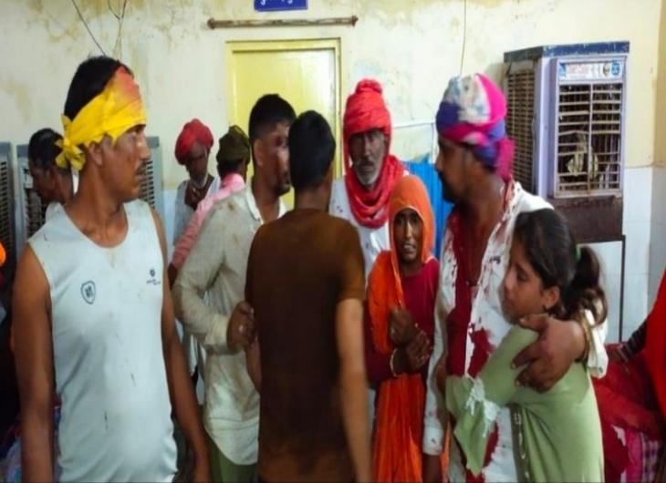 चारागाह भूमि पर अतिक्रमण को लेकर दो पक्षों में लाठी-भाटा जंग, 5 लोग गंभीर हालत में जयपुर रेफर, पुलिस ने तैनात किया अतिरिक्त जाब्ता|टोंक,Tonk - Dainik Bhaskar