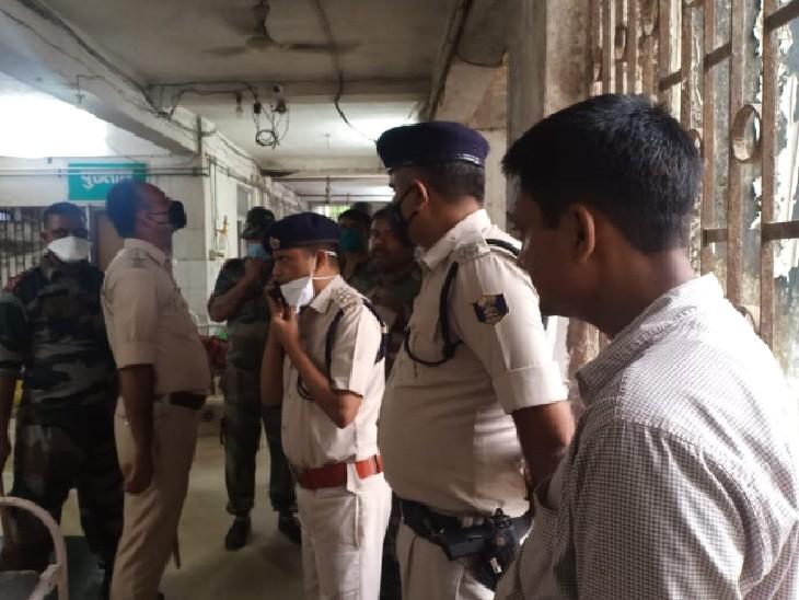 अस्पताल पहुंची पुलिस की टीम।