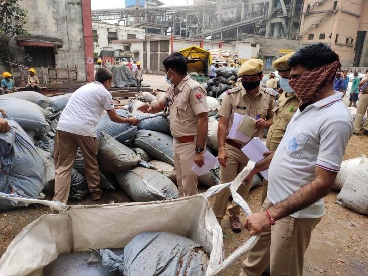 पुलिस की मौजूदगी में माल नष्ट करवाया गया।