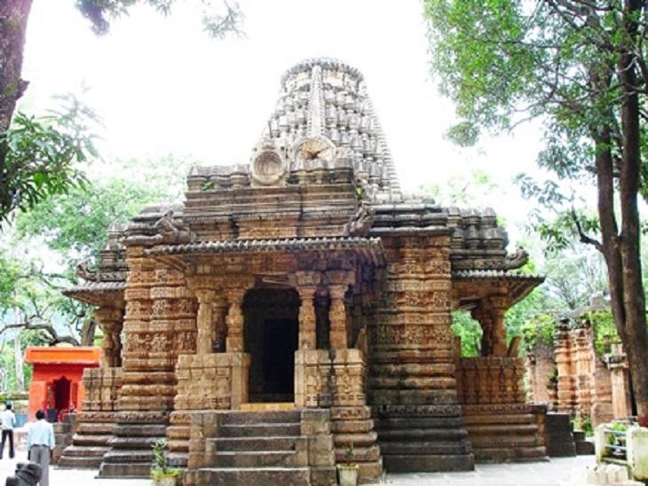 पांच फीट ऊंचे चबूतरे पर मंदिर बना है। मंडप की लंबाई 60, चौड़ाई 40 फीट है।