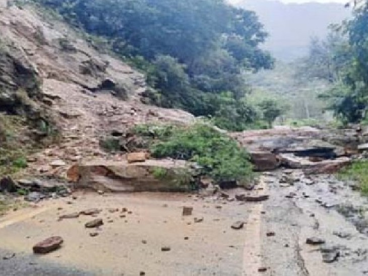 हिमाचल प्रदेश में बारिश की वजह से भूस्खलन हो रहा हैl इस वजह से कई रास्ते बंद हो गए हैं।