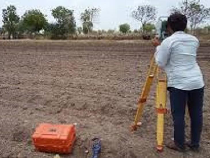 निदेशक जय सिंह को 2 जिलों के दौरे में भूमि सर्वेक्षण में दिखी लापरवाही, शिविर प्रभारी समेत 4 अमीन पर कार्रवाई|बिहार,Bihar - Dainik Bhaskar