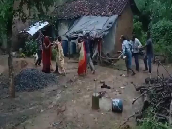 बारिश के पानी को लेकर पड़ोसियों में विवाद - Dainik Bhaskar