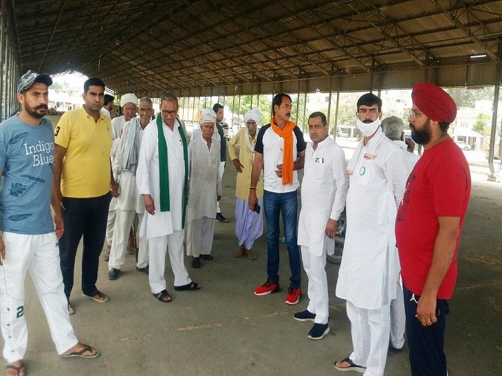 किसान महापंचायत के लिए नई अनाज का दौरा करते रतन मान सिंह। - Dainik Bhaskar