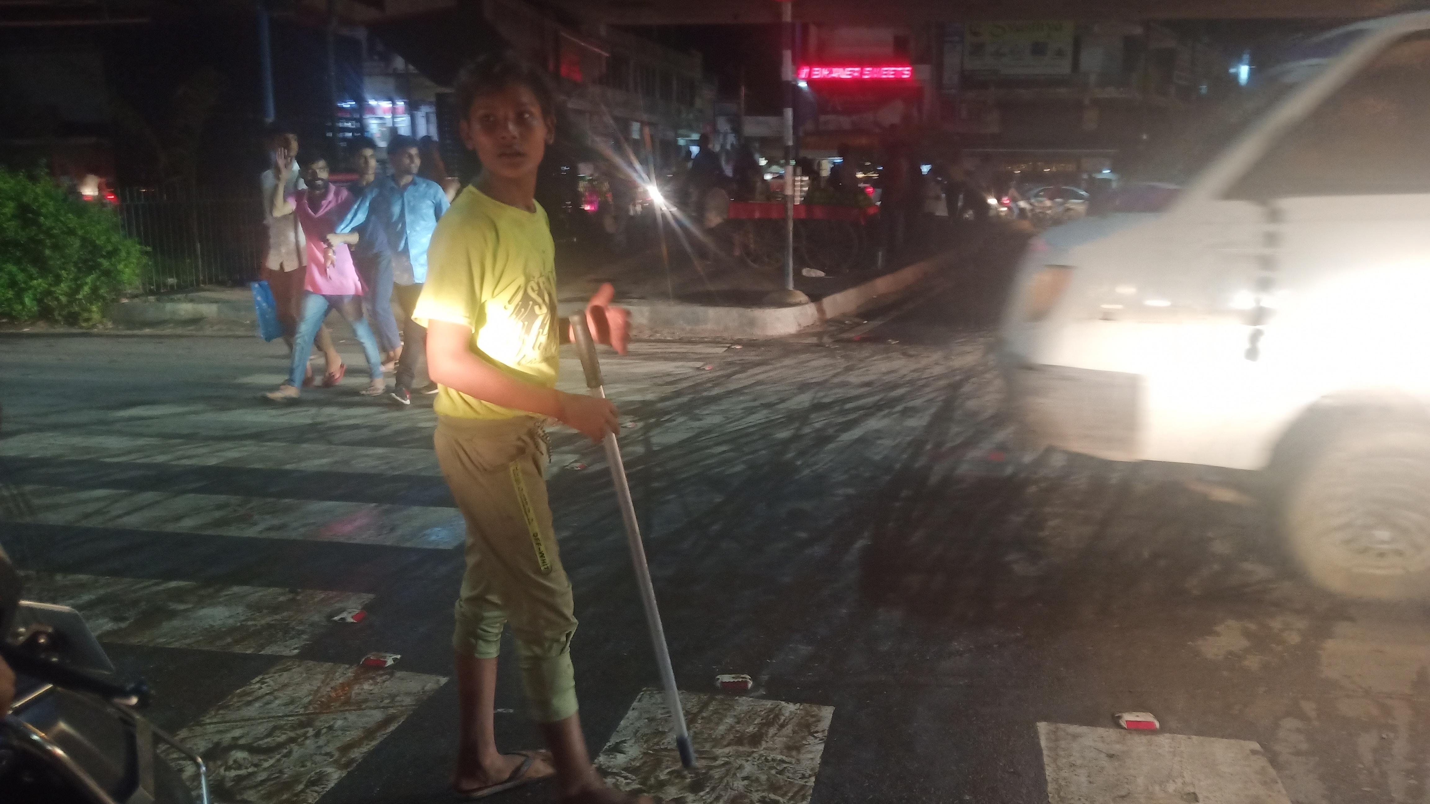 पुलिस की लाठी लेकर नाबालिग संभाल रहा ट्रैफिक
