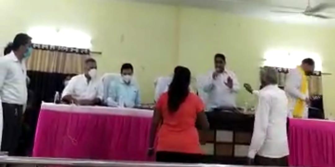 नगर निगम की बैठक में हंगामा करते हुए लक्ष्मीचंद पाल और उसका परिवार - Dainik Bhaskar