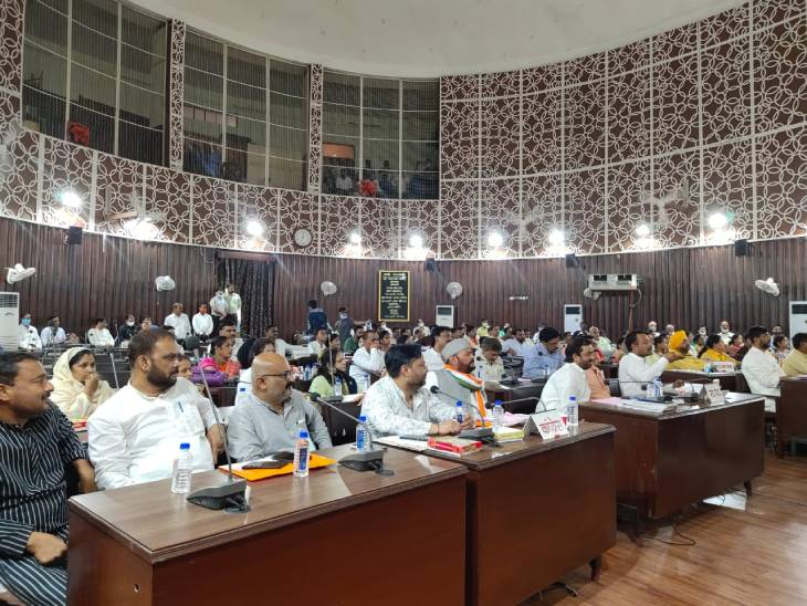 डेढ़ घंटे देरी से शुरू हुआ सदन, 12 मिनट में विज्ञापन नीति और स्ट्रीट लाइट प्रस्ताव पास, अब 110 वार्डों में पार्षद लगवा पाएंगे 10-10 लाइट|कानपुर,Kanpur - Dainik Bhaskar