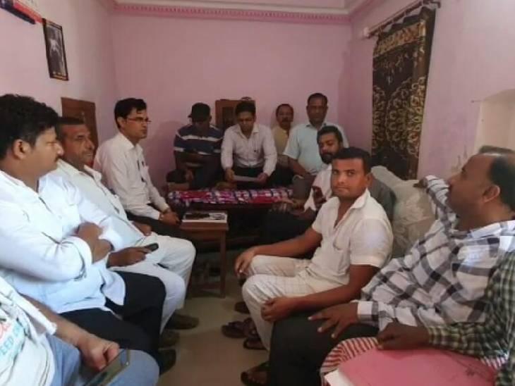 भाजपा मंडल अध्यक्ष शक्ति सिंघल के आवास पर बीजेपी कार्यकर्ताओं की एक मीटिंग आयोजित हुई। - Dainik Bhaskar