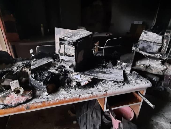 शोरूम मालिक के मुताबिक आग में लाखों का नुकसान हुआ है। - Dainik Bhaskar