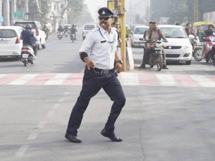 ट्रैफिक पुलिस के जवान रंजीत इस तरह से संभालते हैं व्यवस्था।