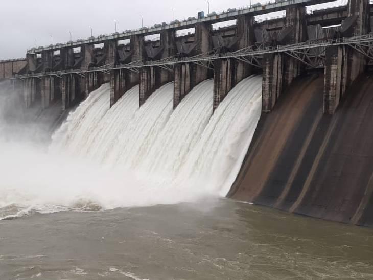 7 गेट खोलकर 66 हजार क्यूसेक पानी छोड़ा जा रहा; नर्मदा में बढ़ने लगा जलस्तर; पिछले साल से 24 दिन देरी से खुले गेट|होशंगाबाद,Hoshangabad - Dainik Bhaskar