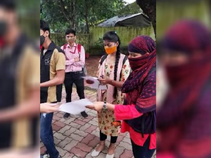 भोपाल के एमवीएम कॉलेज में पहले दिन छात्र-छात्राओं को अनुमति पत्र का फार्म दिया गया। पहले दिन अधिकांश छात्र बिना तैयारी के पहुंच गए। - Dainik Bhaskar