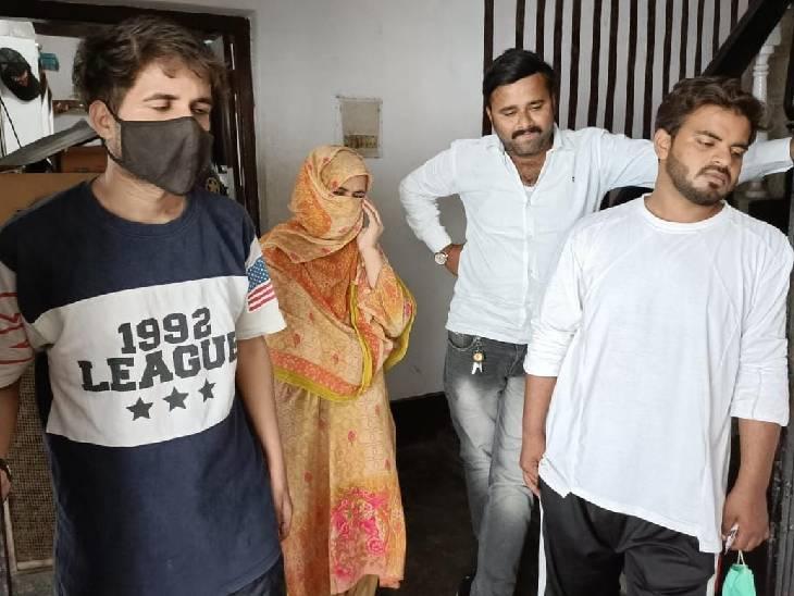एटीएस की कार्रवाई के विषय में जानकारी देते आतंकी आमिर के परिजन।