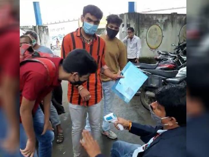 वैक्सीनेशन सिर्टिफिकेट और पेरेंट्स की अनुमति लेकर पहुंचे कॉलेज गेट पर ही तैनात रहा कॉलेज स्टाफ, क्लास में भी दिखी सोशल डिस्टेंसिंग इंदौर,Indore - Dainik Bhaskar