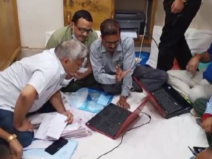 शिवपुरी में कार्रवाई करती SGST की टीम।
