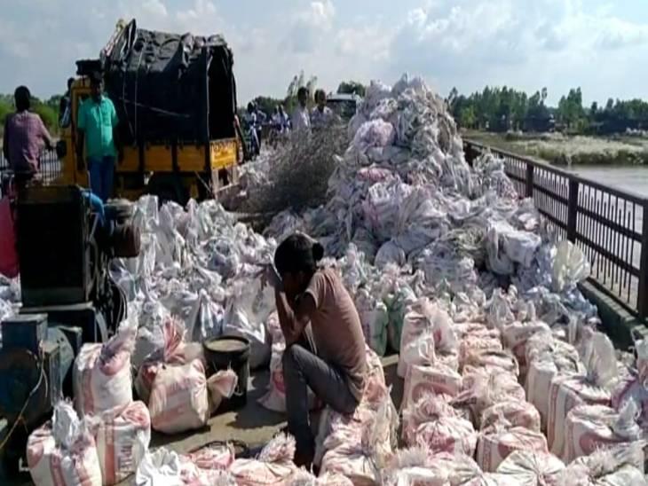 सामान ले जाने में मजदूरों को हो रही समस्या।