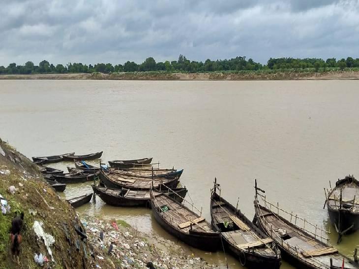 नावों का संचालन हुआ बाधित। - Dainik Bhaskar