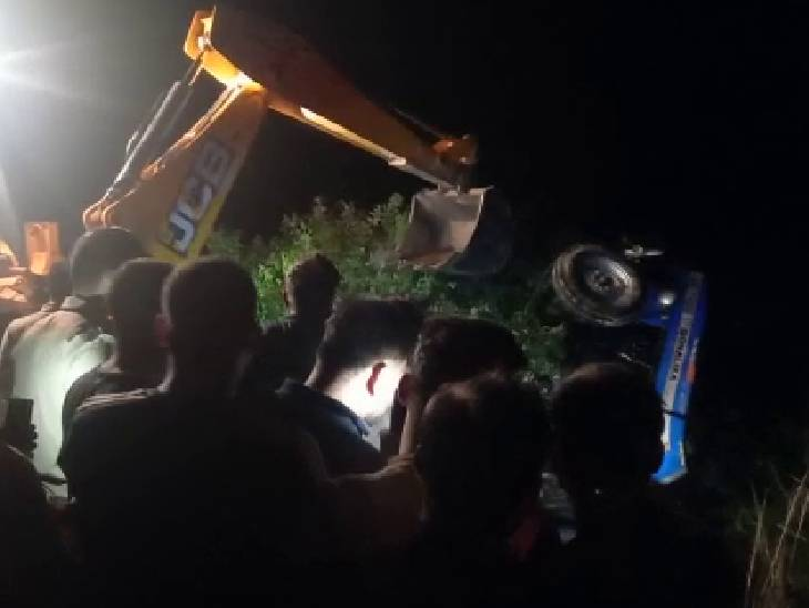 तेज रफ्तार ट्रैक्टर ट्राली अनियंत्रित होकर पलटी,दबने से दोनों की गई जान; जेसीबी की मदद से शव बाहर निकाले|कन्नौज,Kannauj - Dainik Bhaskar