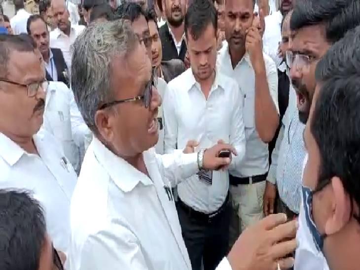 वकीलों ने सड़क किया जाम। - Dainik Bhaskar
