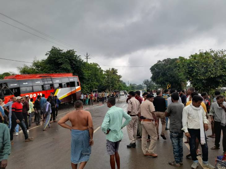 रीवा के माडौ में सवारी बैठाते समय पीछे से आ रही एक बस ने दूसरी बस को मारी टक्कर, दुर्घटना में 5 यात्री घायल|रीवा,Rewa - Dainik Bhaskar